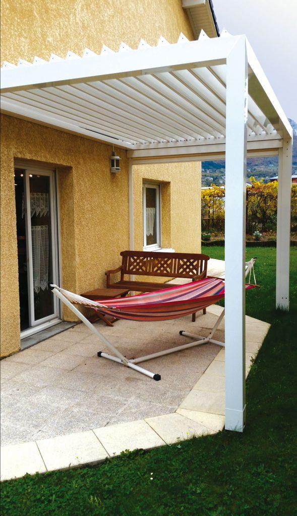 Pergola bioclimatique à lames orientables attenante à la maison