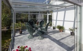 Véranda en aluminium et en verre aménagée en jardin d'hiver