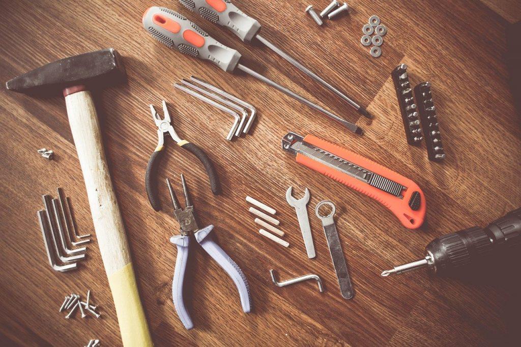 outils de bricolage posés sur un parquet